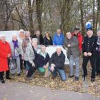 Die Besuchergruppe der SPD AG 60plus mit Bergmann Anton Leinweber vor dem Bergwerksmuseum